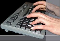 Hände schreiben auf Tastatur